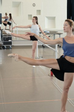 Our dancers Anya Nesvitaylo and Tetyana Martyanova at the barre, pendant la classe de ballet.