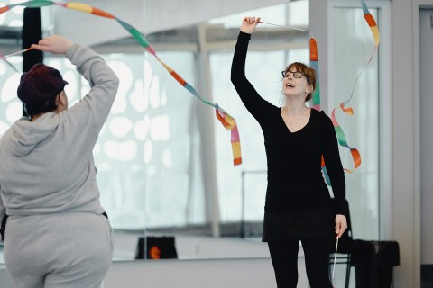 A dance therapy class using ribbons and movement takes place in Quebec