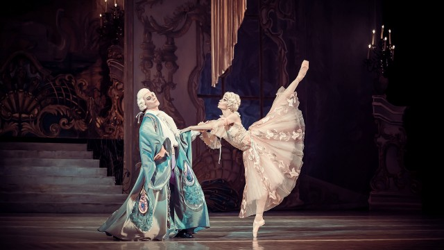 Le Mariage de Figaro - pair of dancers in full costumes in an artistic figure